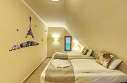 apartment with a double bed, two children's beds, two independent bathrooms Hotel Villa di Lago